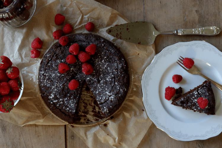 Sjokoladekake med kakao og dadler med gode fettsyrer