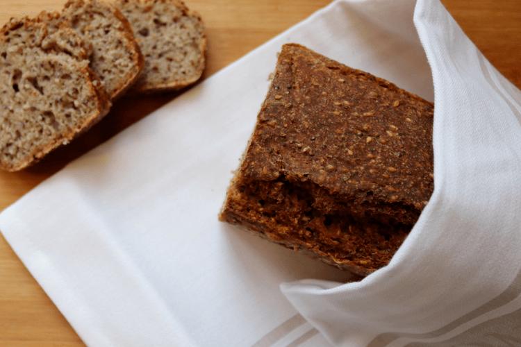 Enkelt surdeigsbrød med havre, sesam- og chiafrø