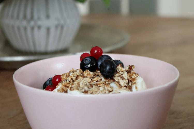 Granola - serveres med hjemmelaget yoghurt eller kefir