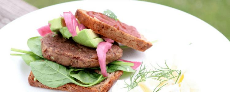 Bønneburger med potetsalat - tarmstyrkende grillmat