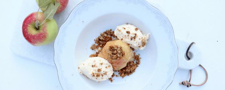 Epler fra hagen? Oppskrift på bakte epler med havregrynsblanding og eplekake