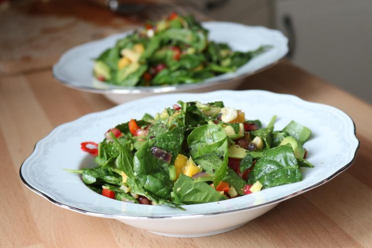 Barnevennlig salat - en frisk salatbolle med avokado og mango
