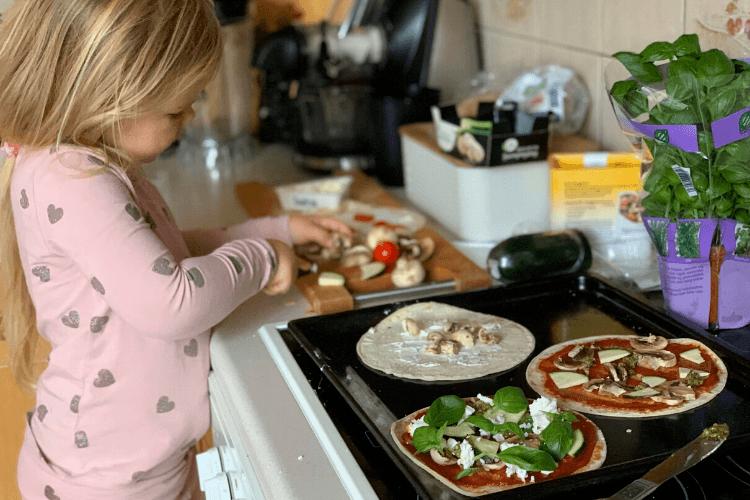 Dette kan du finne på med barna i disse innetider - 5 tips