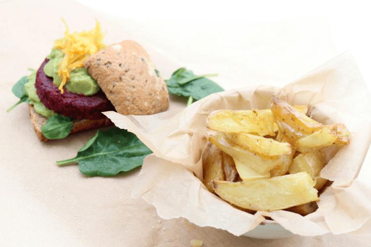 Rødbetburger med ovnsbakte poteter - passer fra 1 år
